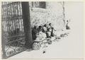Keramiksäljande kvinnor utanför museet - SMVK - 0307.a.0059.tif