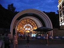 基輔-地方運輸-Kiev funicular. Lower station at night
