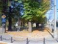 Kolumna Jana Kazimierza z XVII w., kamienna z barokowym posążkiem Jezusa Frasobliwego, dwukrotnie odnowiona (1807, 1959) - panoramio.jpg