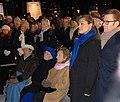 Kronprinsessan (före födseln) och prins Daniel på Wallenbergs torg 27 januari 2012 på Förintelsens minnesdag tillsammans med överlevande..jpg