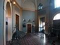 L'atrio monumentale, con cancellata e busti.jpg