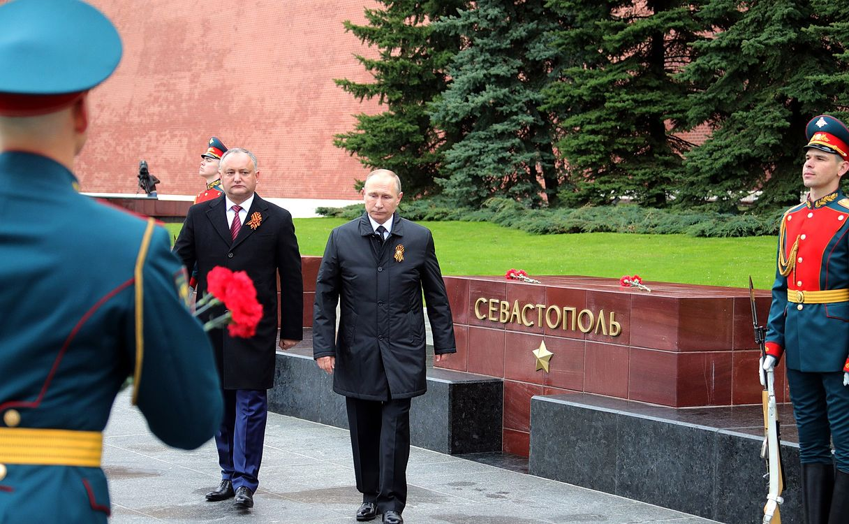 Laying wreath at the Tomb of the Unknown Soldier in Moscow 2017-05-09 011.jpg