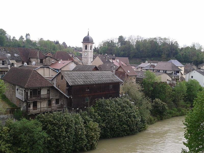 Pont-de-Beauvoisin :  le Guiers et l'église Saint-Clément