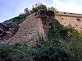 Le mura del castello di Bardi viste dalla porta di ingresso.jpg
