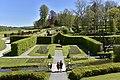 Le superbe jardin français entre les hautes haies (28853389262).jpg
