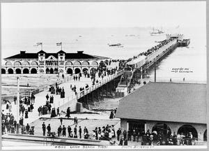 English: Bird's-eye view of pier, Long Beach.
