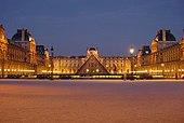 La cour du Palais du Louvre de nuit, avec la Pyramide