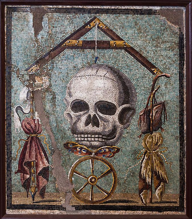 Memento mori ou la roue de la fortune. La mosaïque représente la Roue de la Fortune qui, lorsqu'elle tourne, peut faire du riche (symbolisé par l'étoffe pourpre à gauche) un pauvre, et du pauvre (symbolisé par la peau de chèvre à droite) un riche ; en effet chaque état est très précaire, la Mort est aux aguets à tout moment, et la vie tient à un fil : lorsque ce dernier rompra, l'âme (symbolisée par le papillon) s'envolera. Et tout le monde sera sur un pied d'égalité. Photo de Jébulon