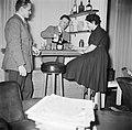 Man achter zijn huisbar terwijl hij een dame een glas alcohol inschenkt naast h, Bestanddeelnr 252-9369.jpg