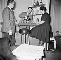 Man achter zijn huisbar terwijl hij een dame een glas alcohol inschenkt naast h, Bestanddeelnr 252-9369