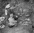 Man en kinderen zittend om het kampvuur, Bestanddeelnr 191-0822.jpg