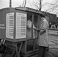 Man ontvangt geld van een verkoper bij een kiosk waar smørrebrød word verkocht, Bestanddeelnr 252-8831.jpg