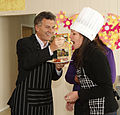Mauricio Macri asistió a un taller sobre alimentos para celíacos en un comedor comunitario de Villa Soldati (8031093107).jpg