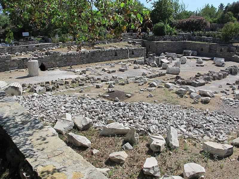 File:Mausoleo di alicarnasso, piano con rovine 05.JPG
