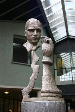 Sculpture of Euwe in Amsterdam by artist José Fijnaut