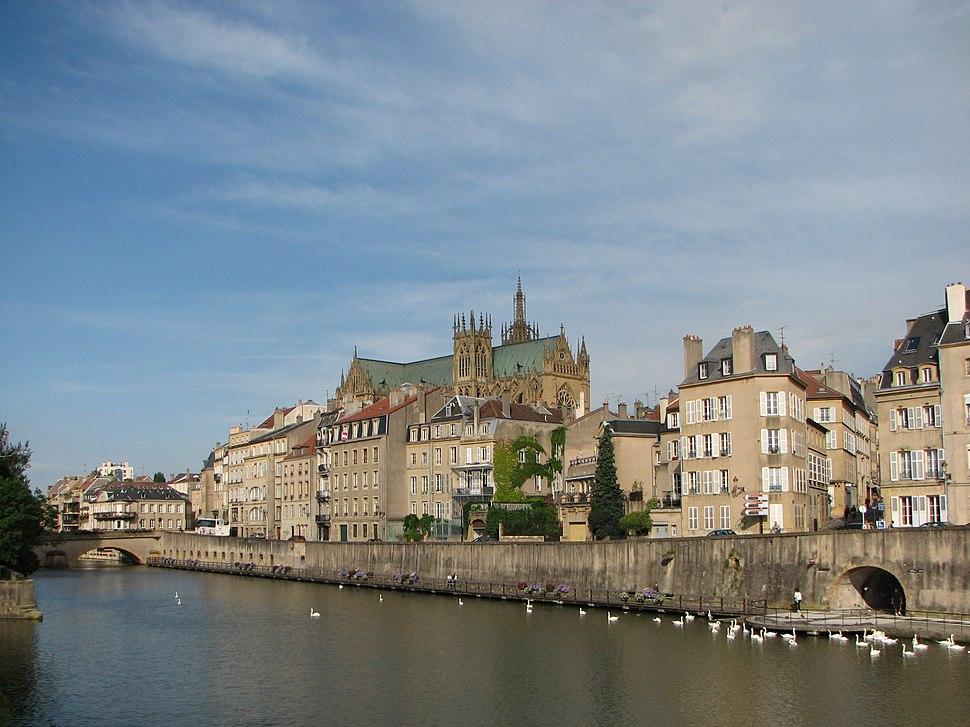 Metz vue sur la Moselle et la cathédrale Saint-Etienne