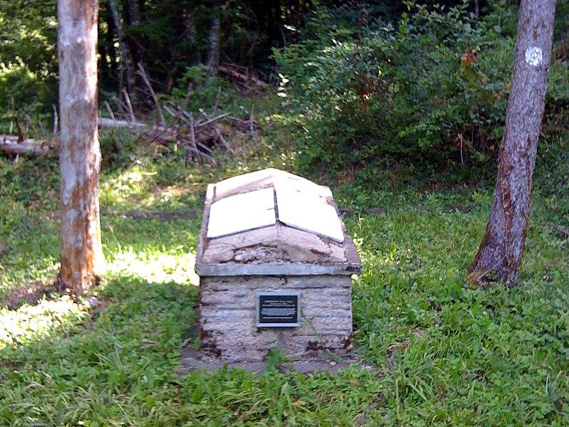 Monument au capitaine Cunningham, forêt de Jaulny.Image découpée.