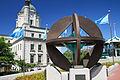 Monument de l'UNESCO avec l'ancien bureau de poste en arrière-plan, Québec.jpg