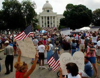 English: August 2003 rally in front of the Ala...