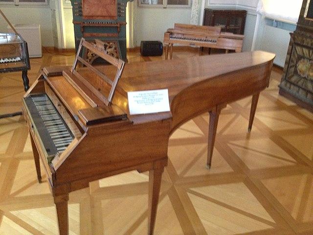 Фортепиано Моцарта. Именно на нём композитор играл на своих знаменитых «пятничных» концертах