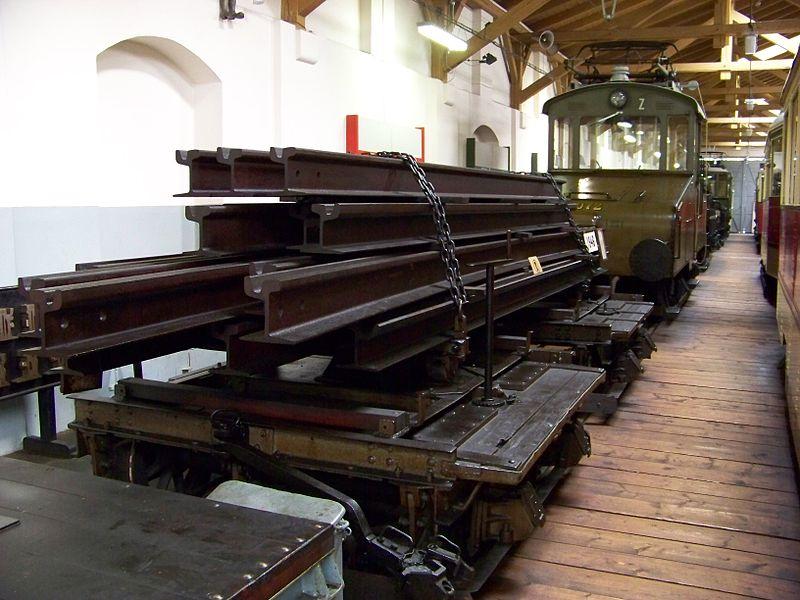 File:Muzeum MHD, vozíky na kolejnice.jpg