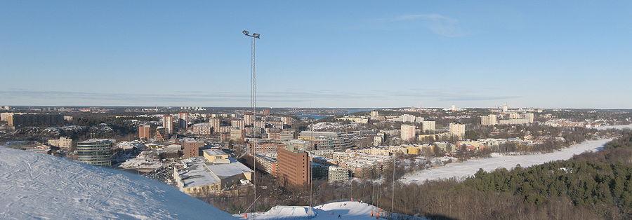 Oversigtsbillede af det vestlige Nacka fra Hammarbytoppen.   Længst til venstre ligger Henriksdalbjerget, i baggrunden findes Lidingö med blandt andet Larsberg og Bodal, i vandet mellem Lidingö og Nacka ligger Fjerholmene.   Til venstre for masten findes Alpehytten teglklædte højhuse.   I forgrunden er Sickla og Sicklasøen.   Bag står Järlasøen med boligområderne Ekudden, Nacka og Järla sø.   I forgrunden til højre findes Nackareservatets skove.   I baggrunden til højre stikker højhuset ved Nacka forum ud.