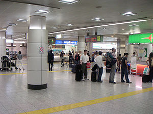 Narita Airport Terminal 2·3 Station - Station concourse, with JR side on the right, and Keisei side on the left