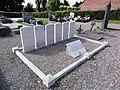 Noyelles-sur-Sambre (Nord, Fr) tombes de guerre CWCG au cimetière.jpg