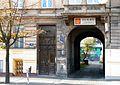 OPOLE kamienica 19 ul 1 Maja - brama przejściowa i drzwi. sienio.JPG