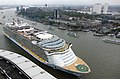 Oasis of the Seas . (15513503906).jpg
