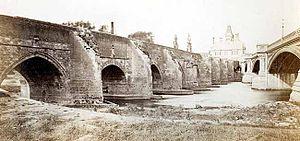 Trent Bridge (bridge) - Old and new bridges pictured together in 1871