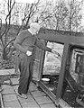 Opa W. H. Kostering , Delft 102 jaar geeft zelf zijn kippen voer, Bestanddeelnr 906-1104.jpg