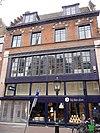 foto van Pand met gevel met rechte kroonlijst, zadeldak aan beide zijden in trapgevels eindigend, gemetselde bogen boven de vensters