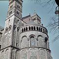 Overzicht van de zuidoostzijde van het koor met de zuidelijke koortoren, van onderaf gezien - Maastricht - 20382751 - RCE.jpg
