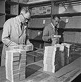 Pakketten bankbiljetten worden ingepakt, Bestanddeelnr 900-7782.jpg