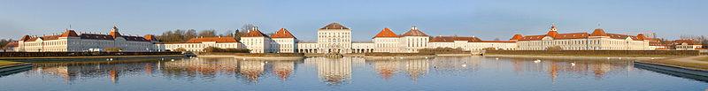 Panorámica del exterior del Palacio de Nymphenburg, Múnich, Alemania.jpg