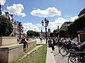 Paris 75004 Place de l'Hôtel-de-Ville S01 fountain street light Notre-Dame remote.jpg