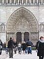 Passants sur le Parvis de Notre-Dame de Paris.JPG