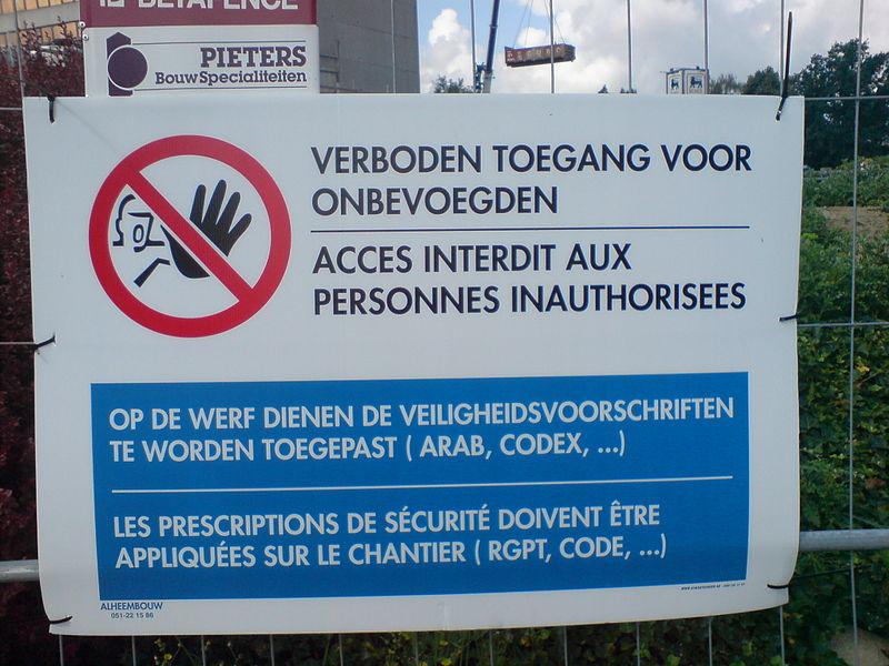 """Avertissement aux personnes """"inauthorisées"""" qu'il leur est interdit de circuler sur le chantier."""