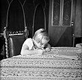 Pia Struycken, dochter van de gouverneur, aan het schrijven in afwachting van de, Bestanddeelnr 252-2874.jpg