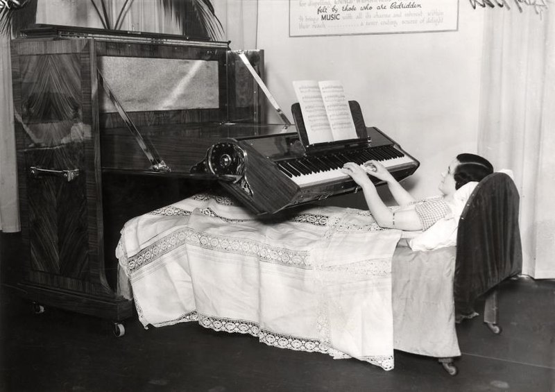 File:Piano voor aan bed gebonden zieken - Piano for the bedridden (4192748677).jpg