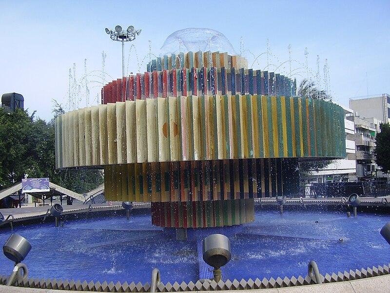הפסל אש-מים בכיכר דיזנגוף