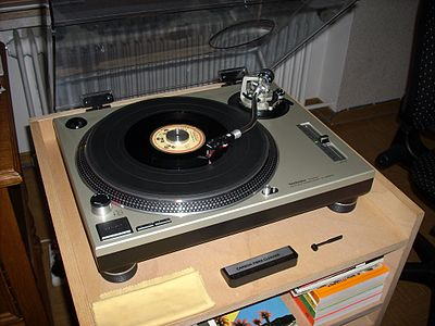 The precise variable pitch control on the Technics SL-1200 MK2, first sold in 1978, helped DJs to develop better beatmatching, a crucial skill for creating a seamless transition from one song to another. Plattenspieler Technics SL-1200MK2.jpg