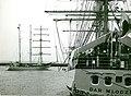 Podczas prób morskich okręt wszedł do basenu nr.1 w porcie Gdynia podczas uroczystości podnoszenia bandery na Darze Młodzieży.jpg