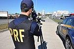 Policiais rodoviários federais operam radar móvel na Linha Verde, em Curitiba (29144021106).jpg