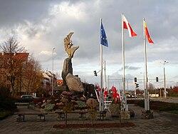 Pomnik 200-lecia Konstytucji 3 Maja i Odzyskania Niepodległości w Lesznie - front.JPG
