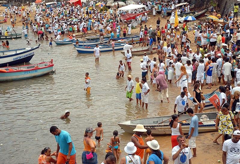 Ficheiro:Praia do Rio Vermelho na festa de Iemanja2.jpg
