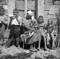 Pred gostilno v Laborju (otroci in gospodinja) 1950 (2).jpg