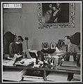Prins Bernhard in zijn kantoor met een particuliere secretaresse, Bestanddeelnr 015-1364.jpg