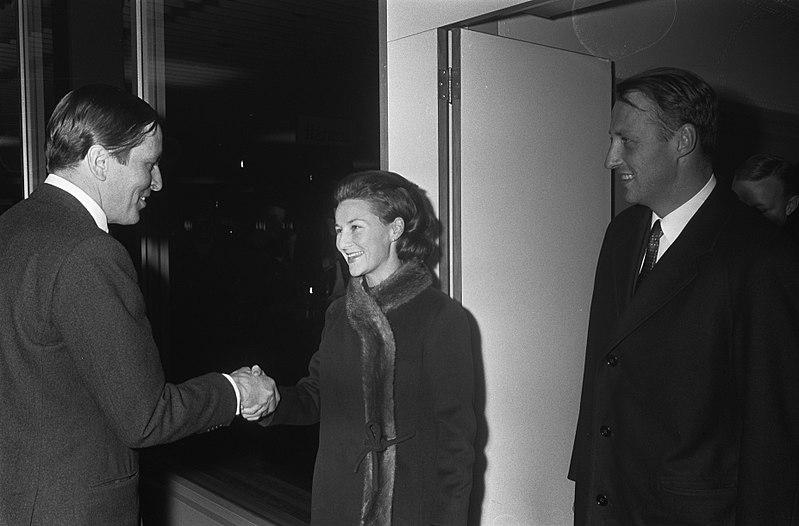 File:Prins Claus (links) verwelkomt prins Harald en prinses Sonja van Noorwegen op Sc, Bestanddeelnr 921-9712.jpg